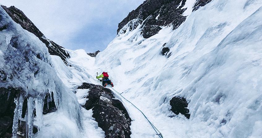 Persona realizando escalada sobre nieve en Ben Nevis