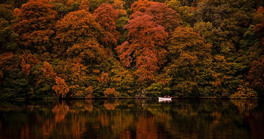 Vista del Loch Faskally en otoño