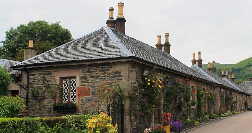 Cottages del pueblo de Luss a las orillas del Loch Lomond