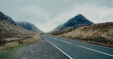 Claves para elegir entre coches de alquiler o excursiones en autobús en tu viaje a Escocia