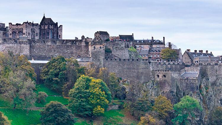 Vista frontal de la impresionante fortaleza del Castillo de Edimburgo
