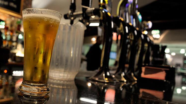 Caña de cerveza en un pub escocés