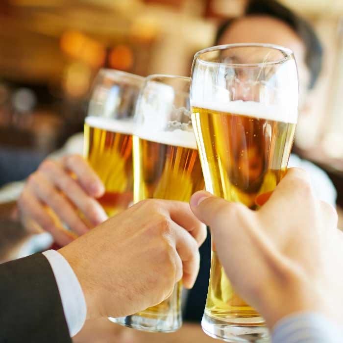 brindando durante el tour de la cerveza