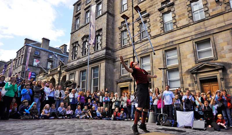 artistas callejeros durante el festival de Edimburgo