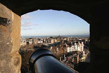 Cañon s. XIX apuntando a Edimburgo. Geograph.org, Walter Baxter