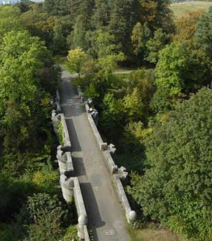 Puente desde el palacio de Overtoun, Geograph.org, Lairich Rig