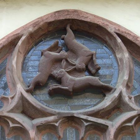 Representación de tres Liebres en el Paderborner Dom, Alemania