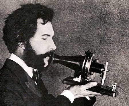 Alexander Graham Bell provando el telefono