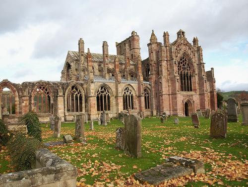 Abadía de Melrose con cementerio y hojas de otoño