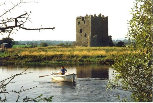el castillo de threave con una barca
