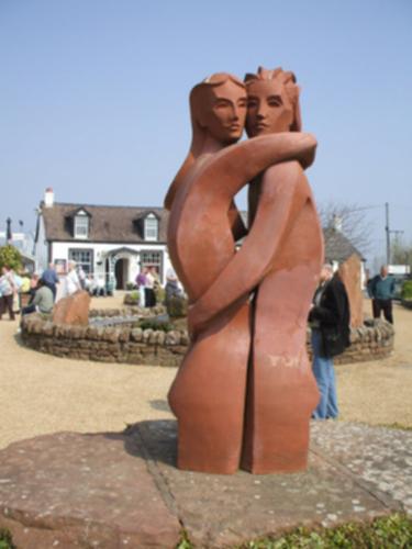 Estatua de dos enamorados frente a la Casa del Tartán