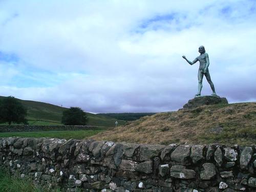 San Juan Bautista predicando por August Rodin a lo lejos