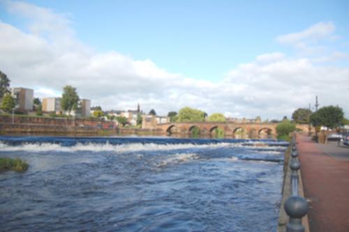Vista de Dumfries y el río Nith con oleaje