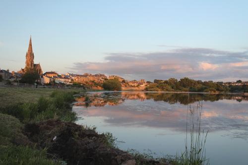 Vista de Kelso desde el río Tweed al atardecer