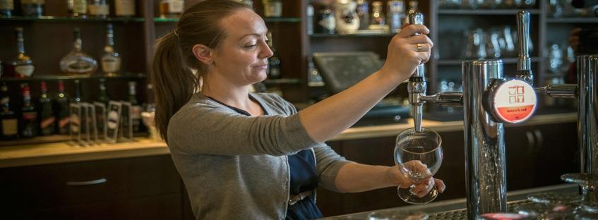 Mujer tirando caña de cerveza