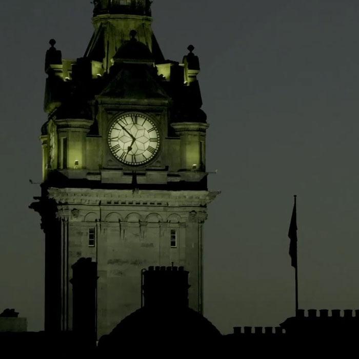 torre del reloj durante el tour de los fantasmas de edimburgo