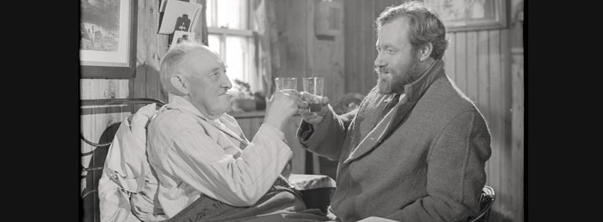 Personajes brindando en Whisky Galore
