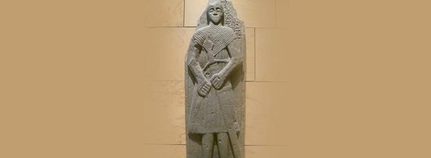 Tumba del S. XVI con la espada Claymore