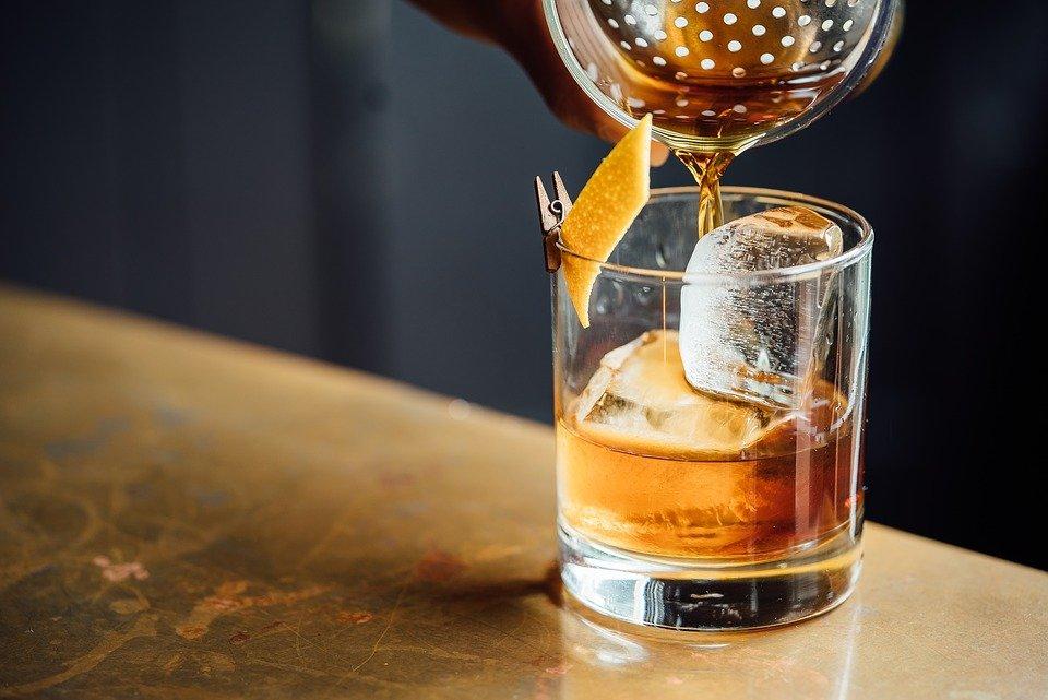 vaso de whisky escocia destileria