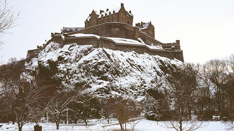 El Castillo de Edimburgo nevado desde los jardines de Princes Street